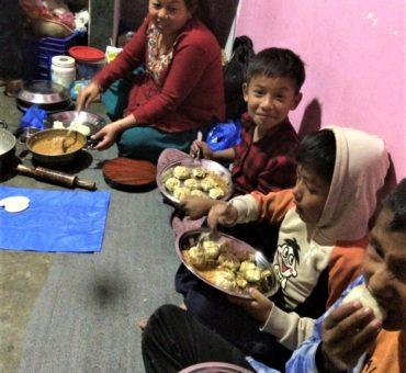 Kinder essen Momos